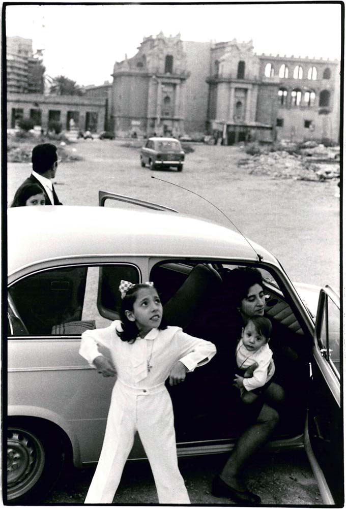 Leonard Freed, Family getting out of car in front a ruin, Sicily